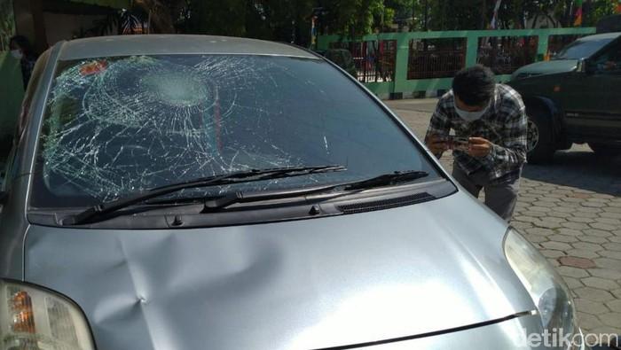 Warga bercerita mobilnya ini ikut dirusak saat Polsek Ciracas diserang (detikcom)