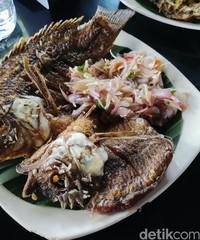 Kami memesan beberapa variasi ikan mujair bakar dan goreng, lainnya yakni berbumbu sambal matah. Hawa pegunungan yang terbilang sejuk menambah selera makan kami, apalagi memakannya di saat nasi masih panas.