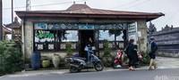 Salah satu restoran tradisional yang kami datangi bernama Warung Tarumas. Lokasinya ada di Jalan Raya Kintamani, Batur Selatan, Kintamani, kabupaten Bangli, Bali.