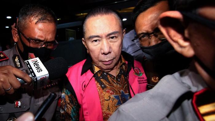 Terpidana kasus korupsi pengalihan hak tagih (cessie) Bank Bali Djoko Tjandra berjalan seusai menjalani pemeriksaan, di gedung Bundar Kompleks Gedung Kejakasaan Agung, Jakarta, Senin (31/8/2020). Djoko Tjandra diperiksa sebagai tersangka dalam kasus suap kepada oknum Jaksa Pinangki terkait kepengurusan permohonan peninjauan kembali (PK) dan pengurusan fatwa ke Mahkamah Agung (MA).ANTARA FOTO/ Adam Bariq/wpa/hp.