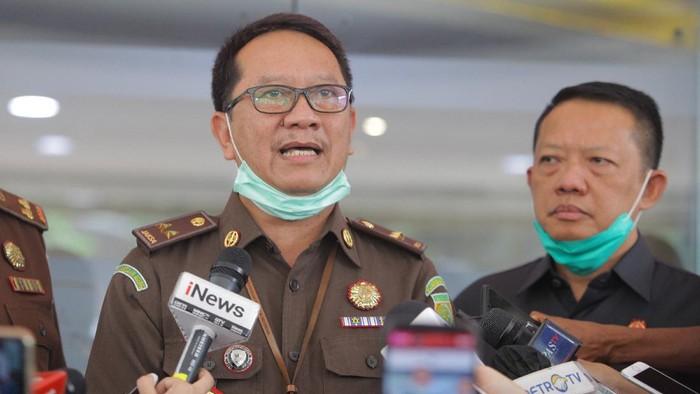 Kapuspenkum Kejagung Hari Setiyono (tengah) memberikan keterangan kepada wartawan terkait perkembangan kasus Djoko Tjandra di Gedung Bundar, Kejagung, Jakarta, Selasa (4/8/2020). Kejaksaan Agung (Kejagung) mendalami dugaan adanya pelanggaran pidana yang dilakukan Jaksa Pinangki Sirna Malasari terkait pertemuannya dengan Djoko Tjandra.   ANTARA FOTO/Reno Esnir/aww.  *** Local Caption ***