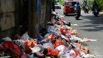 Jorok! Sampah Berserakan di Pinggir Jalan Tangerang