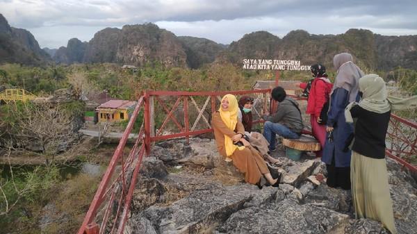 Pengunjung akan dimanjakan dengan berbagai spot foto berlatar bentangan hamparan gugusan karst hutan batu. (Moehammad Bakrie/detikcom)