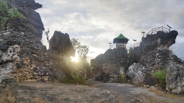 Pengunjung harus berjalan kaki sejauh 100 meter dari lokasi parkiran dan menaiki tangga untuk sampai ke bukit karst (Moehammad Bakrie/detikcom)