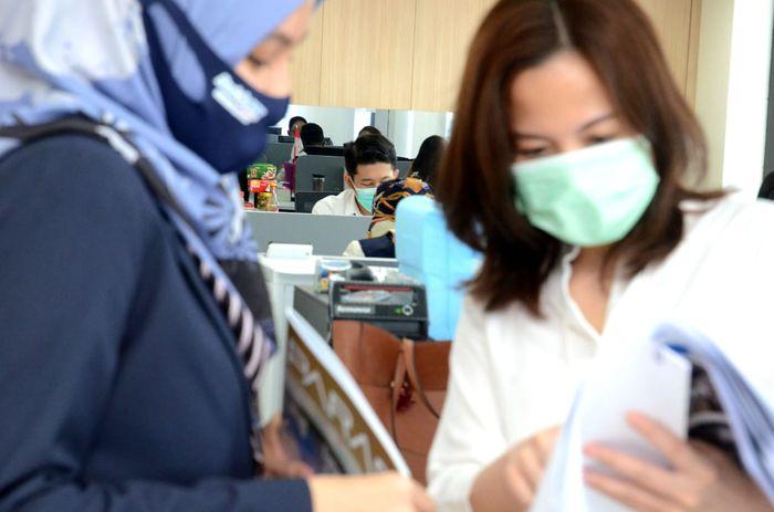 Klaster perusahaan di Ibu Kota Jakarta semakin hari semakin meningkat dan terus menunjukkan trend kenaikan angka positif COVID-19. Protokol kesehatan pun terus diperketat.