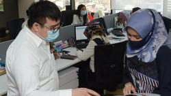 Klaster perkantoran di Ibu Kota Jakarta semakin hari terus meningkat dan menunjukkan trend kenaikan angka positif COVID-19. Protokol kesehatan terus diperketat.