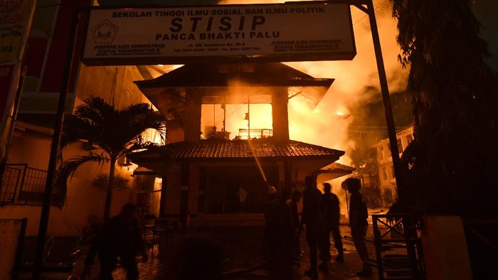 Sejumlah mahasiswa melihat kobaran api yang menghanguskan Sekolah Tinggi Ilmu Sosial dan Politik (STISIP) Palu,  di Palu, Sulawesi Tengah, Senin (31/8/2020). Kebakaran yang bermula dari rumah warga tersebut menghanguskan sejumlah rumah warga serta bangunan Kampus STISIP Palu serta Sekolah Tinggi Ilmu Ekonomi (STIE) Palu. ANTARA FOTO/Mohamad Hamzah/hp.
