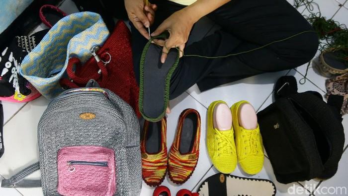 Ragam kreativitas dilakukan sejumlah warga di masa pandemi. Salah satunya pembuatan sepatu rajut yang dibuat dari bahan wol. Penasaran?