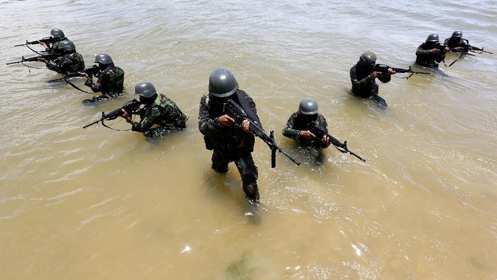 Prajurit TNI Batalyon Raider 112/Dharma Jaya Kodam Iskandar Muda mengikuti latihan pemeliharaan,  di pantai Lampuuk Aceh Besar, Aceh, Selasa (1/9/2020). Latihan pemeliharaan yang melibatkan seluruh prajurit Batalyon Raider 112 untuk meningkatkan kemampuan dan keterampilan dalam melaksanakan tugas untuk menjaga keutuhan negara dari ancaman dalam dan luar negeri. ANTARA FOTO/Irwansyah Putra/hp.