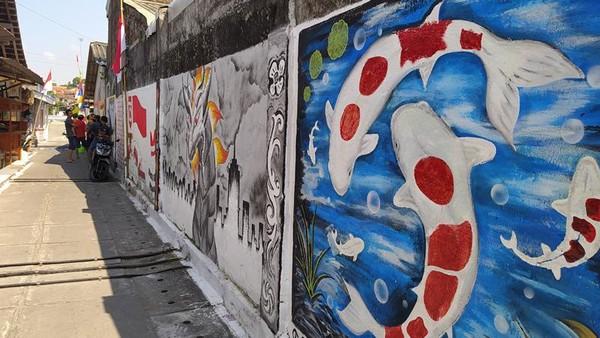 Lukisan ini berada di tembok-tembok rumah milik warga setempat. Awalnya yang melukis adalah di wilayah RT 04. Lukisannya berupa ikan koi dan tema menarik lainnya.