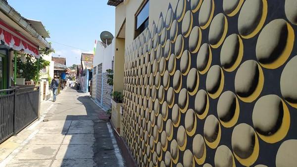 Salah satu bagian tembok yang dicat.