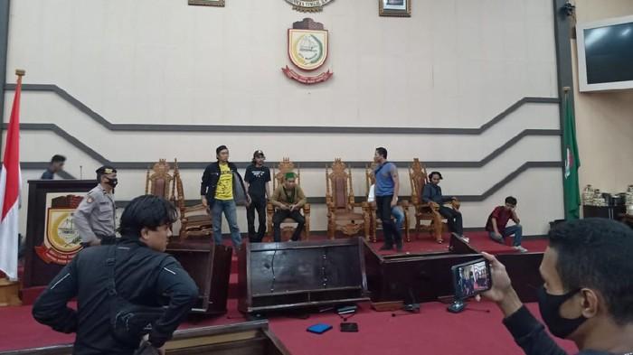 Mahasiswa di Makassar anarkis di Kantor DPRD (dok. Istimewa).