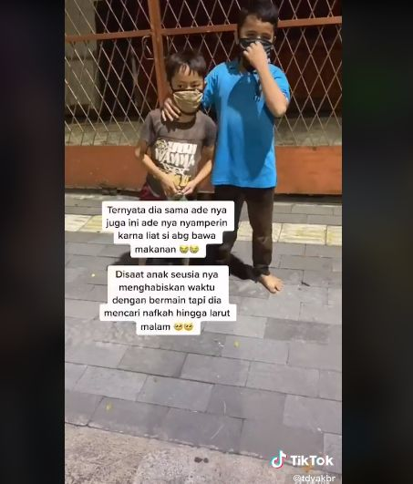 Netizen traktir makan bocah pemulung yang kelaparan