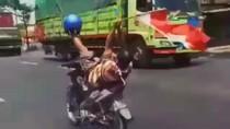 Nekat Abis! Pemotor Ini Kendalikan Setir dengan Satu Kaki Sambil Bawa Bendera