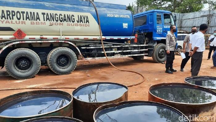 Penggerbekan BBM industri yang dioplos di gudang di Jambi