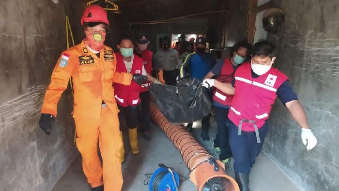 Proses evakuasi jenazah Fahru Rozi dari dalam sumur di Jepara