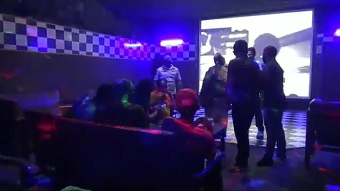 Sejumlah tempat karaoke di Tulungagung nekat buka di masa pandemi COVID-19. Mereka buka secara sembunyi-sembunyi.