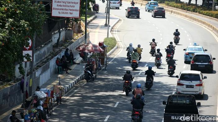 Trotoar yang dibangun untuk memberi rasa aman bagi pejalan kaki digunakan sejumlah PKL untuk berjualan. Hal itu terlihat di trotoar kawasan Taman Ria Senayan.