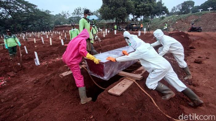 Terhitung sudah 6 bulan sejak pemerintah mengumumkan kasus Corona pertama di Indonesia pada 2 Maret lalu. Kini, Per 2 September angka kasus positif COVID-19 telah mencapai 180 ribuan jiwa. Sejumlah petugas mengubur jenazah COVID-19 di TPU Pondok Ranggon, Jakarta, Rabu (2/9/2020). Menurut petugas akhir-akhir ini aktivitas penguburan meningkat.
