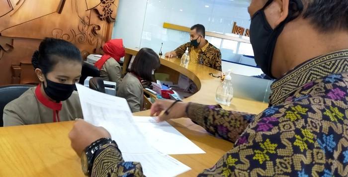 Seorang nasabah melakukan penarikan dana subsidi gaji di teller Bank BTN cabang Harmoni di Jakarta, Selasa (2/9). PT Bank Tabungan Negara (Persero) Tbk. didapuk menjadi salah satu Bank penyalur subsidi gaji oleh Pemerintah. Subsidi gaji merupakan salah satu program Pemulihan Ekonomi Nasional yang dirilis pemerintah tanggal 27 Agustus 2020 dimana per awal September ini Bank BTN telah menyalurkan subsidi gaji kepada lebih dari 209.325 pekerja dengan nilai lebih dari Rp 251 miliar.