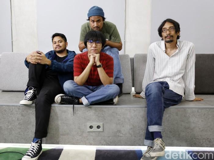 Band kolaborasi Harlan Boer dan Bangkutaman saat berkunjung ke kantor detikcom.