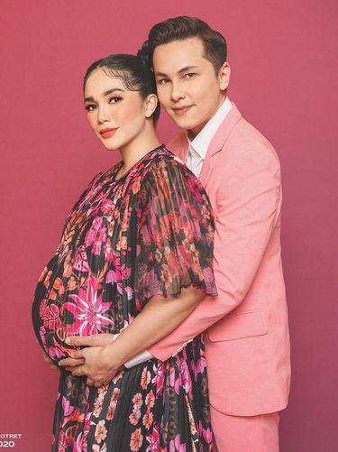 Gaya Kehamilan Ussy Sulistiawaty