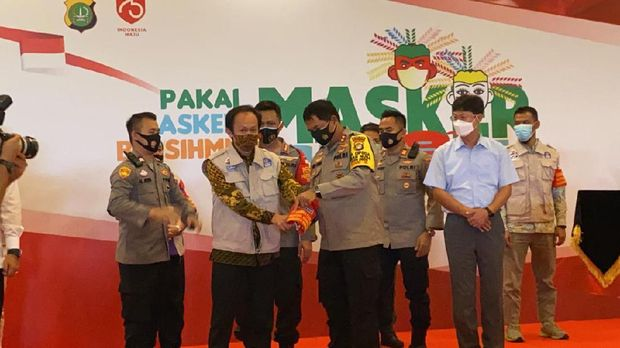 Kapolda Metro Jaya Irjen Nana Sudjana membagi-bagikan 250 ribu masker di kawasan Industri Jababeka, Kabupaten Bekasi, Rabu (2/9/2020).