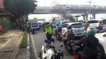 Mobil Terbakar di Tol Dalam Kota Arah Cawang, Lalu Lintas Padat