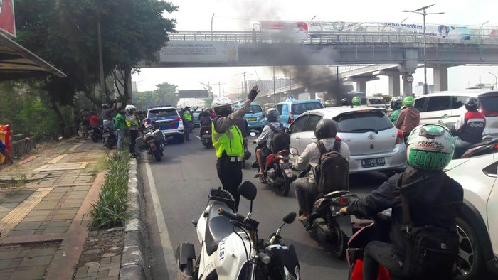 Lalu lintas padat akibat mobil terbakar di Tol Dalam Kota arah Cawang. (Foto: TMC Polda Metro)