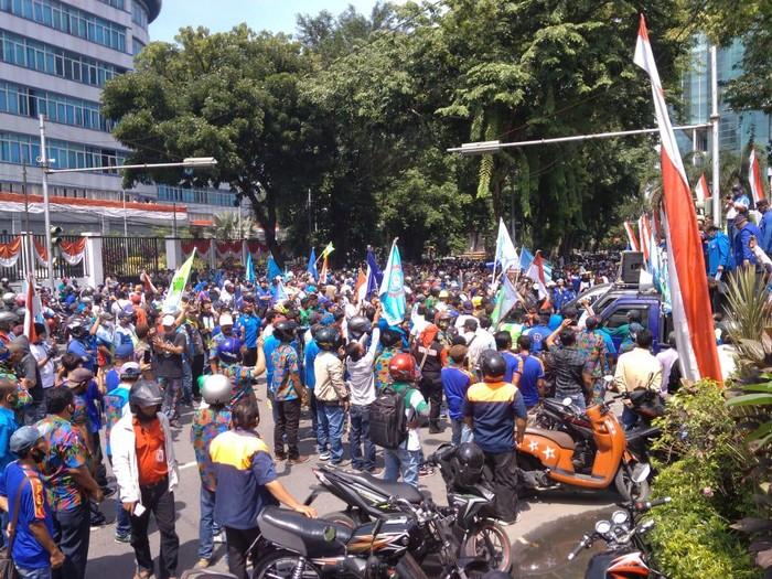 Massa buruh gelar demonstrasi tolak omnibus law (Datuk Haris-detikcom)