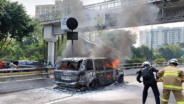 Mobil terbakar di Tol Dalam Kota arah Cawang (Foto: TMC Polda Metro)