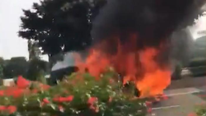 Sebuah mobil terbakar di Tol Dalam Kota yang mengarah ke Cawang. Akibatnya kondisi lalu lintas di sekitar lokasi mengalami kemacetan.