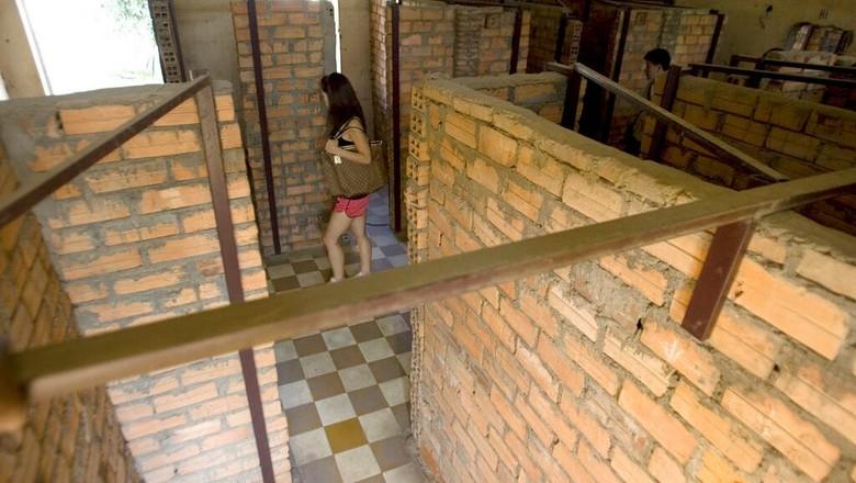 Kompleks Penjara S-21 yang kini jadi Museum Genosida Tuol Sleng merupakan bangunan bersejarah yang jadi saksi bisu kekejaman rezim Khmer Merah di Kamboja.