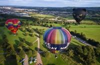 Tujuh armada balon udara terbang ke langit di atas kota Bristol untuk menampilkan musik dari udara dan langsung tersambung ke rumah orang, Bristol, Inggris, Selasa (1/9/2020) waktu setempat.
