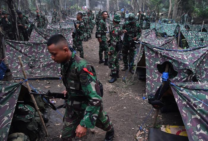 Perwira dan Bintara Remaja Korps Marinir mengikuti gladi bersih upacara Pembaretan Prajurit Korps Marinir di Pantai Baruna Kondang Iwak, Malang, Jawa Timur.