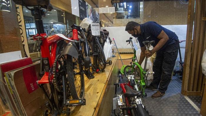 Montir memperbaiki produk sepeda impor asal Inggris milik pelanggan salah satu pusat servis di Jakarta, Rabu (2/9/2020). Pemerintah memperketat impor sepeda melalui Peraturan Menteri Perdagangan Nomor 68 Tahun 2020 tentang ketentuan impor alas kaki, elektronik, dan sepeda roda dua dan tiga untuk membendung kenaikan impor sepeda di Indonesia yang pada Semester I 2020 mencapai 39,03 juta dolar AS atau naik 24,85 persen dari periode sama 2019 yang mencapai 31,26 juta dolar AS (data BPS). ANTARA FOTO/Aditya Pradana Putra/aww.