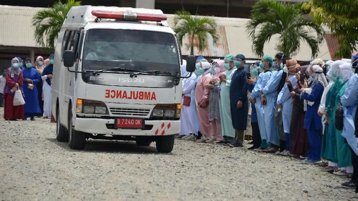 Ratusan tenaga medis melepas pemberangkatan jenazah dokter anestesi Imai Indra, yang meninggal akibat COVID-19 di Rumah Sakit Umum Zainal Abidin, Banda Aceh, Aceh, Rabu (2/9/2020). Dokter Imai Indra Sp.An merupakan dokter pertama di Aceh yang meninggal akibat COVID-19, sementara seratus lebih tenaga medis lainnya juga positif COVID-19 dan tengah menjalani perawatan. ANTARA FOTO/Ampelsa/foc.