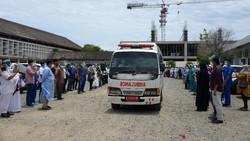 Ratusan tenaga medis melepas pemberangkatan jenazah dokter anestesi Imai Indra, yang meninggal akibat COVID-19 di Rumah Sakit Umum Zainal Abidin, Banda Aceh.