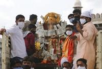Festival Ganesh Chaturthi adalah perayaan kelahiran Ganesha, dewa kebijaksanaan, kemakmuran, dan keberuntungan Hindu. AP Photo/Mahesh Kumar A.