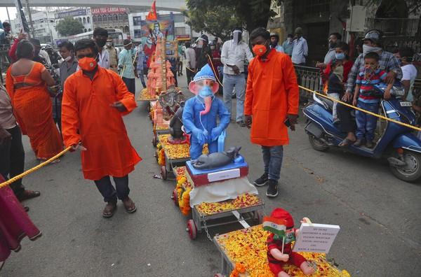 Festival Ganesh Chaturthi dilakukan selama 10 hari di Gerbang India di Mumbai, India, dan berakhir pada Selasa (1/9/2020) waktu setempat. AP Photo/Mahesh Kumar A.