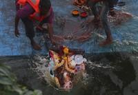 Di hari ke 10, patung-patung tersebut akan di rendam di sungai atau laut. AP Photo/Mahesh Kumar A.