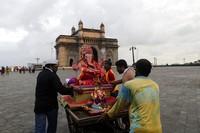Para pemuja dan relawan bersiap untuk membenamkan patung dewa Hindu berkepala gajah Ganesha di Laut Arab, di Mumbai, India, Selasa (1/9/2020) waktu setempat. AP Photo/Rajanish Kakade