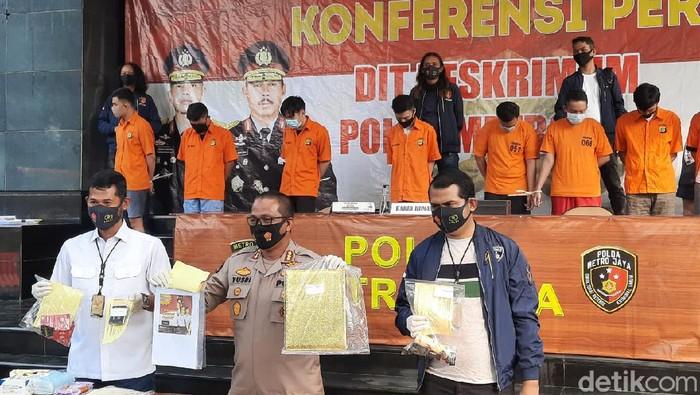 Polda Metro Jaya merilis kasus pesta gay di apartemen di Jaksel (Yogi Ernes/detikcom)