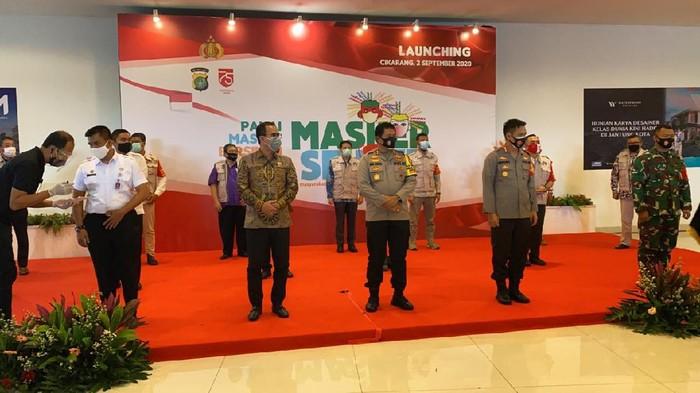Polda Metro Jaya bagi 250 ribu masker di kawasan industri Jababeka.