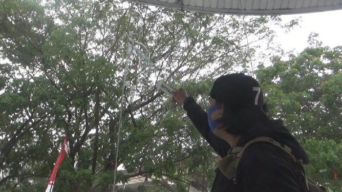 Polisi melakukan olah TKP di Showroom Hadji Kalla Makassar yang dirusak OTK