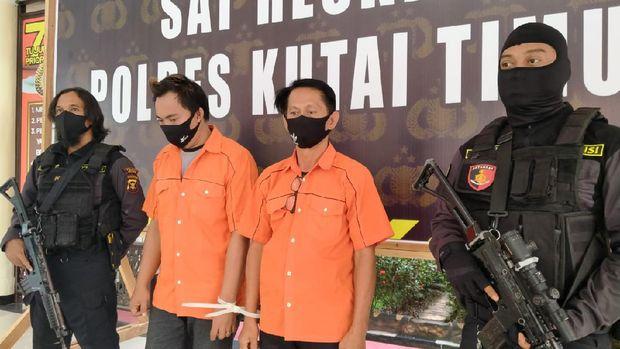 Polisi menangkap 2 penyedia jasa yang berkedok warung makan dan kopi di Kutai Timur (Budi K/detikcom)