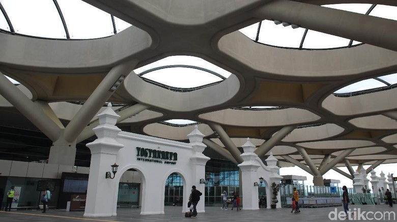 Penumpang melintas di area terminal kedatangan dan keberangkatan Bandara Internasional Yogyakarta yang dipenuhi dengan ornament khas Yogyakarta. Bandar udara yang memiliki terminal penumpang seluas 219.000 meter persegi tersebut mampu menampung 20 juta penumpang per tahunnya. Bandara Internasional Yogyakarta telah resmi beroperasi sejak 6 Mei 2019 dengan melayani 13 rute penerbangan domestik.