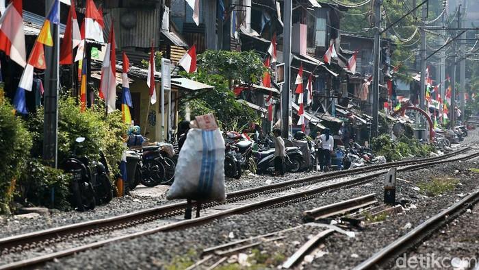 PSBB Transisi di DKI Jakarta kembali diperpanjang. Warga harus menerapkan protokol kesehatan dalam keseharian, termasuk warga yang tinggal di pinggir rel ini.