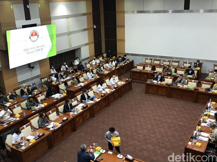 Komisi I DPR RI menggelar rapat kerja (raker) bersama dengan Kementerian Pertahanan (Kemenhan), Kementerian Komunikasi dan Informatika (Kominfo), hingga Kementerian Luar Negeri (Kemenhan).