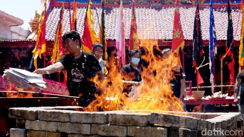 Ritual membakar uang untuk roh di Pekalongan.
